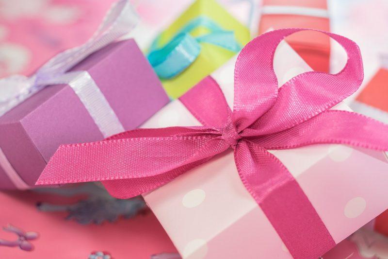 Prezenty, baby shower, pięknie zapakowane prezenty